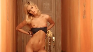 Blond howls as she plays with herself