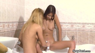 Lesbian teens pussy shaving in the tub