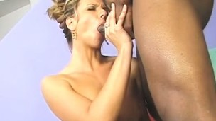 Blonde bimbo gets her glamorous face covered in a black guy's hawt spunk